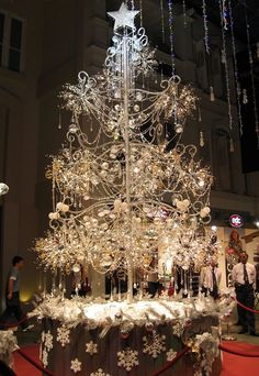 Singapore jeweler Soo Kee Jewellery produced the world's most expensive Christmas tree. It was encrusted with 21,798 glittering diamonds totaling 913 carats, 3,762 crystal beads and 456 lights. It was 6 meters in height, weighed 3,215 kilos and was worth a little over 1 million USD.