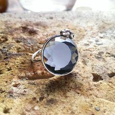 Sortija de plata y cristal