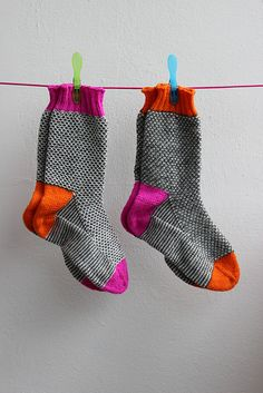 Broken Seed Stitch Socks {Neon Edition} – Awesome Knitting Ideas and Newest Knitting Models Knit Slippers Free Pattern, Knitted Slippers, Knitting Socks, Hand Knitting, Knit Socks, Baby Knitting Patterns, Knitting Designs, Seed Stitch, Colorful Socks