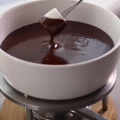 chocolate fondue recipe I know youll fall head over heels in love with this classic Chocolate Fondue. Like the best desserts, its festive, simple, and oh, so romantic. The hardest part may be deciding what to dip in chocolate first. Fondue Recipe Melting Pot, Easy Chocolate Fondue Recipe, Homemade Chocolate, Chocolate Recipes, How To Melt Chocolate, Melting Pot Recipes, Chocolate Dipping Sauce, Chocolate Videos, Chocolate Dipped Fruit