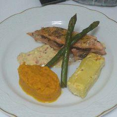 Milhojas de salmón con salsa de Maracuya, puré de zanahorias y milhojas de papa y pera
