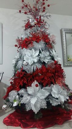 Learn Gorgeous and Creative Christmas Tree Decorating Ideas You'll Love! By using tinsel, Christmas lights, ball ornaments and other holiday ornaments you can create your dream Christmas tree in no time! Elegant Christmas Trees, Creative Christmas Trees, Silver Christmas Tree, Christmas Tree Garland, Christmas Tree Themes, Christmas Centerpieces, Xmas Tree, Christmas Tree Decorations, Christmas Lights