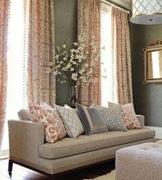 Combinacion de cojines, hermosas cortinas y un buen sillon.