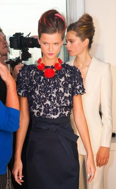 Oscar De La Renta-Spring 2013 Chic black & cream with a pop of red. Look Fashion, Timeless Fashion, Runway Fashion, Fashion Beauty, Womens Fashion, Fashion Design, Mode Chic, Mode Style, Style Me