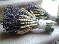 bridesmaid bouquets Lavender and wheat Hand tied bouquets by French Flower Style Dried Lavender Bunches, Lavender Wreath, Lavender Bouquet, Dried Flower Bouquet, Lavender Flowers, Dried Flowers, Flower Crafts, Flower Art, Corn Husk Wreath