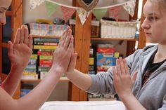 testközépvonalat átlépő gyakorlatok Crafts For Kids, Teaching, Homeschooling, Decor, Crafts For Children, Decoration, Kids Arts And Crafts, Education, Decorating