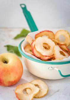 Kuivatut omenaviipaleet maistuvat pienenä välipalana vaikka sellaisenaan. Nämä viipaleet kastetaan ensin vaniljalla maustettuun sitruunamehuun, jolloin ne säilyttävät kauniin värisinä. People Eating, Eat To Live, Recipes From Heaven, Preserves, Healthy Snacks, Paleo, Treats, Food And Drink, Baking