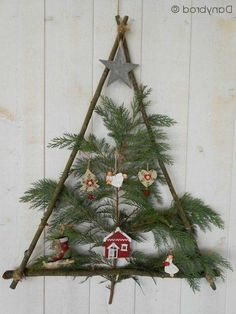 Easy Christmas tree that is totally DIY. You could actually .- Easy Christmas tree that is totally DIY. You could actually make this for free. Easy Christmas tree that is totally DIY. You could actually make this for free. Easy Christmas Decorations, Wooden Christmas Trees, Noel Christmas, Christmas Centerpieces, Rustic Christmas, Simple Christmas, Christmas Wreaths, Christmas Crafts, Christmas Ornaments