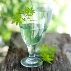 Für alle, die eine nicht-alkoholische Variante bevorzugen.  Rezept In 1 Liter Apfelsaft hängen wir ein Kräutersträußchen aus Giersch, Gundelrebe, Gänseblümchen und Labkraut ….oder auch andere aromatische Kräuter, die Garten oder Wiese gerade hergeben. Ein Schuss Zitronensaft verfeinert das Aroma. Das Ganze sollte 4 bis 5 Stunden ziehen. Dann werden die Kräuter herausgenommen und die Bowle mit Mineralwasser aufgegossen. Zur Dekoration einfach einige frische Blüten darin schwimmen lassen!