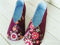 I think sew: Woman Kimono Shoes pdf pattern. Beige Shoes, Purple Shoes, Pdf Sewing Patterns, Sewing Tutorials, Fabric Patterns, Mary Janes, Moda Kimono, Kimono Fabric, Batik Dress