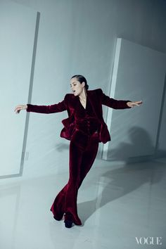 Marion Cotillard is photographed by Peter Lindbergh and styled by Tonne Goodman for American Vogue August 2012 Marion Cotillard, Peter Lindbergh, Magazine Vogue, Velvet Suit, Red Velvet, Velvet Jacket, Mode Editorials, Fashion Editorials, Vogue Us