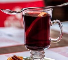 it is a tradition in the holiday season to drink the German Mulled Wine Gluhwein or Glühwein in German. Red wine that is warming - Authentic recipe Wine Recipes, Gourmet Recipes, Red Wine Drinks, Spiced Wine, Hot Buttered Rum, Oranges And Lemons, Holiday Drinks, Yummy Drinks, Hotels