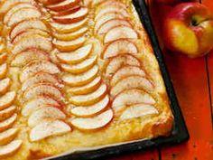 Mehevä omenapiirakka (pellillinen) Hot Dog Buns, Hot Dogs, Apple Pie, Zucchini, Biscuits, Sweet Tooth, Food And Drink, Bread, Baking