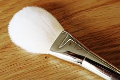 Real Techniques Bold Metals - Arched Powder Brush (100) Real Techniques Bold Metals Collection Review (Read more on the beauty blog!)