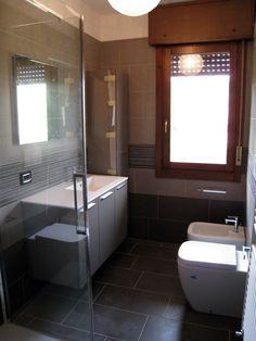 ristrutturazione bagno sanitari filo-muro Laundry Decor, Laundry In Bathroom, Small Bathroom, Modern Bathroom Decor, Bathroom Wall Decor, Kitchen Organization, Corner Bathtub, Bad, Modern Furniture
