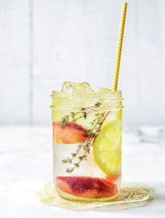 Ideas for detox water recipes: Water detox peach lemon thyme! Healthy Summer Recipes, Healthy Detox, Healthy Drinks, Healthy Cooking, Healthy Life, Detox Tips, Detox Recipes, Homemade Detox, Juice Fast