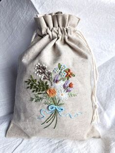 Getting to Know Brazilian Embroidery - Embroidery Patterns Embroidery Purse, Floral Embroidery Patterns, Hand Embroidery Tutorial, Embroidery Flowers Pattern, Embroidery Supplies, Hand Embroidery Designs, Ribbon Embroidery, Embroidery Stitches, Creative Embroidery