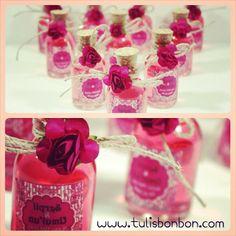 Pembe kolonya şişeleri