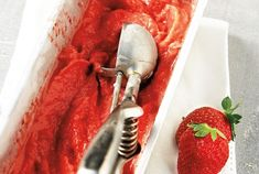 Frozen yogurt φράουλα από την Αργυρώ Μπαρμπαρίγου! Cookbook Recipes, Diet Recipes, Cake Recipes, Dessert Recipes, Cooking Recipes, Candy Crash, Food Categories, Summer Desserts, Greek Recipes