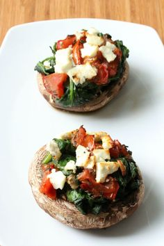 Portobello met spinazie, tomaat en feta (kastanje-champignons i. Clean Recipes, Veggie Recipes, Vegetarian Recipes, Healthy Recipes, Portobello, Healthy Cooking, Healthy Snacks, Cooking Recipes, I Love Food