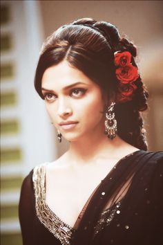 Deepika Padukone - Om Shanti Om - ॐ शांति ॐ - (2007) Bollywood Fashion, Indian Bollywood Actress, Bollywood Stars, Indian Actresses, Retro Hairstyles, Indian Hairstyles, Wedding Hairstyles, Braided Hairstyles, Bollywood Hairstyles