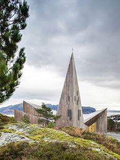 Eglise de Knarvik, par la firme d'architecture Reiulf Ramstad Arkitekter, basée à Oslo. Hommage à l'héritage de l'architecture scandinave. L'intérieur en bois moderne, épuré et agrémenté d'un très bon éclairage par des néons épouse la structure atypique en forme de pic imposée par le toit.