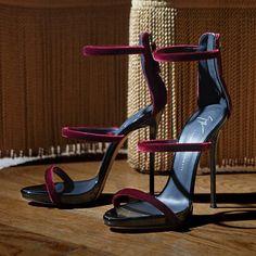 Giuseppe Zanotti Harmony https://www.myshoebazar.com/shoes/giuseppe-zanotti-gold-metallic-sandals/
