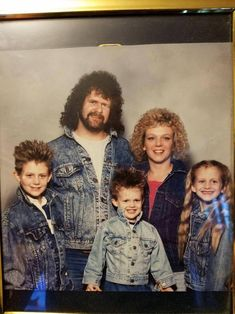 The was filled with awkward haircuts that included plenty of hairsprays. But today these hairstyles look hilariously awkward and will be embarrassing for you. Awkward Family Photos Christmas, Awkward Family Pictures, Funny Family Photos, Summer Family Photos, Family Maternity Photos, Awkward Photos, Funny Photos, Funny Christmas, Funny Family Portraits