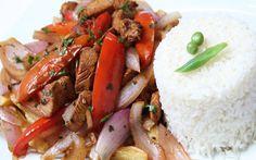 El lomo saltado es uno de los platos más populares y sabrosos de la rica cocina peruana, preparálo fácilmente con nuestra receta ilustrada paso a paso y sorprende a tus seres queridos. No habrá semana que no repitas la experiencia. Peruvian Recipes, Latin Food, Thai Red Curry, Catering, Cooking Recipes, Beef, Chicken, Ethnic Recipes, Lunch Ideas