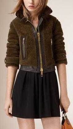 Veste courte en shearling avec bordure en cuir   Burberry Tailleur, Vestes,  Cuir, 11eb61a9485