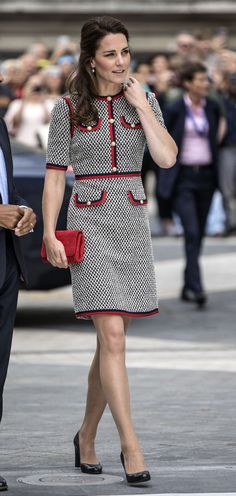 of the Day The Duchess of Cambridge nailed this Gucci tweed dress look thanks to black pumps and a red clutch (shop similar here).The Duchess of Cambridge nailed this Gucci tweed dress look thanks to black pumps and a red clutch (shop similar here). Style Kate Middleton, Kate Middleton Outfits, Kate Middleton Photos, Kate Middleton Fashion, Tweed Dress, Peplum Dress, Dress Shoes, Duchesse Kate, Style Royal