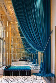 Шикарная гардина красиво струится и обрамляет зеркальную стену.
