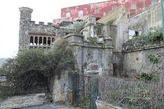 Ci troviamo in uno dei posti più belli e antichi di Napoli, lungo il fianco occidentale del Monte Echia, sulle rampe di Pizzofalcone, proprio dove sorsero i primi insediamenti dell'antica Partenope. E' qui che da quasi quindici anni giace in stato di degrado Villa Ebe, gioiello liberty della