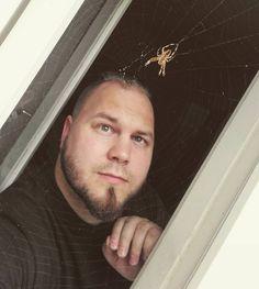 Melko nopeasti on #hämähäkki kutonut verkkonsa mun ikkunaan kun eilen tuota ei tuossa vielä ollut.  Näpsästiin tällanen #selfie muistoksi lyhyestä ystävyydestä :-)
