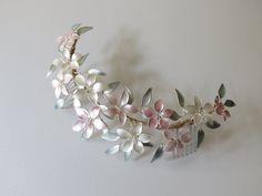 Delicadeza, eso es lo que inspiran nuestros tocados hechos con esmalte y colores pastel como este. #ElTallerdeBagatela #tocado #tocadodenovia #tocados #flores #joyas #jewelry #handmade #manualidades Copper Jewelry, Resin Jewelry, Hair Jewelry, Jewelry Crafts, Pearl Headpiece, Flower Headpiece, Mughal Jewelry, Nail Polish Flowers, Arrow Jewelry