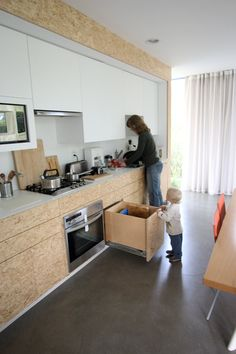 OSB: Pros, Cons of Using Oriented Strand Board Out in the Open. Debbie and Olivier's Venice, CA home, which we featured in in a tribute to minimalist and thoughtful living. Their modest renovation includes kitchen cabinets made out of OSB. White Kitchen Cabinets, Kitchen Dining, Kitchen Decor, Nice Kitchen, Kitchen Drawers, Kitchen Spotlights, Osb Board, Oriented Strand Board, Plywood Interior