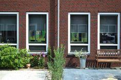 Aanzicht van De Groene Habitat, twee woningen met voortuintjes. De Groene Habitat is een deelproject van Elzenhagen