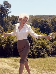 Being Marilyn – Michelle Williams takes on the iconic role of Marilyn Monroe for the upcoming film, My Week with Marilyn, and takes method acting to the 2011 October issue of Vogue US | Annie Leibovitz