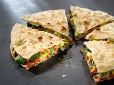 Quesadillas eignen sich hervorragend als kleiner Snack oder als raffiniertes Finger Food. Sie lassen sich gut vorbereiten und schmecken auch kalt richtig lecker.