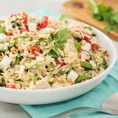 This delicious Mediterranean Orzo Salad is hearty enough to enjoy for lunch or dinner! It starts with orzo, roasted red peppers, tuna, feta, pine nuts and basil and is topped with a flavourful homemade dressing! Bulgur Salad, Rice Salad, Soup And Salad, Orzo Salad Recipes, Clean Eating, Healthy Eating, Dinner Healthy, Low Carb Brasil, Salads
