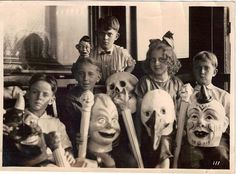 Very old photo of kids w/Halloween masks.n may I add, Creepy Halloween masks~ Retro Halloween, Halloween Fotos, Maske Halloween, Vintage Halloween Photos, Creepy Halloween, Halloween Pictures, Creepy Kids, Creepy Cat, Spooky Scary