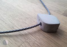moderne Beton-Kette von disugro. auf DaWanda.com #kette #necklace #schmuck #jewelry #concrete #beton #minimalistic #fashion #geometric #DaWanda #handmade #unique #trend #leather #leder