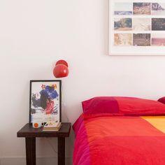 às vezes uma roupa de cama colorida já muda tudo! esse é o lado bom de ter um quarto neutro, com acessórios ele ganha cara nova #todacasatemumahistoria #quartos #casacolorida #decoração