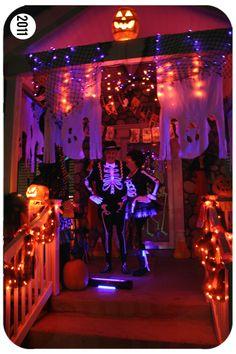 orange and purple Halloween porch Casa Halloween, Purple Halloween, Halloween Porch, Halloween Home Decor, Outdoor Halloween, Halloween Projects, Holidays Halloween, Happy Halloween, Halloween Doorway