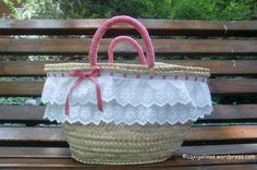 Risultati immagini per como decorar un capazo Pom Pom Purse, Creative Bag, Bow Bag, Straw Handbags, Creation Couture, Little Bow, Summer Accessories, Summer Bags, Handmade Bags