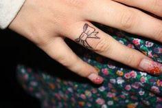 tatuagens femininas de laço no dedo