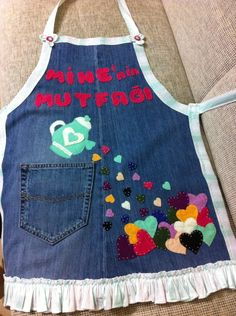 Vaqyero y con aplicaciones Jean Apron, Sewing Crafts, Sewing Projects, Childrens Aprons, Cute Aprons, Sewing Aprons, Recycle Jeans, Kids Apron, Aprons Vintage