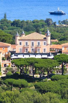 Château de la Messardière is a 5-star palace located in Saint-Tropez in the Var region, spanning both Provence and the French Riviera. The exclusive Château de la Messardière is Saint-Tropez's largest hotel with its 117 rooms, featuring a Spa, gourmet restaurant and poolside restaurant, bars, a…