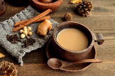 チャイは本場インドのスパイシーな濃厚ミルクティー。お鍋ひとつで簡単に作れるので、お家でのtea timeやちょっとしたおもてなしにぴったりです♪お好みのスパイスを入れた自分流のチャイで、この冬をホットに過ごしてみてはいかがですか?この記事では、チャイの作り方やアレンジ方法、チャイを使ったスイーツレシピなどをご紹介します!