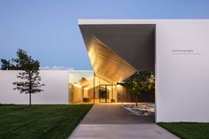 Image 1 of 3 from gallery of Johnston Marklee's Menil Institute is a Quiet Triumph for a Quiet Art. The Menil Drawing Institute / Johnston Marklee. Image © Courtesy Richard Barnes/ the Menil Collection, Houston Johnston Marklee, Interior Design Institute, Free Museums, Cultural Capital, Museum Of Fine Arts, Building Design, Places To Go, Public, Closer